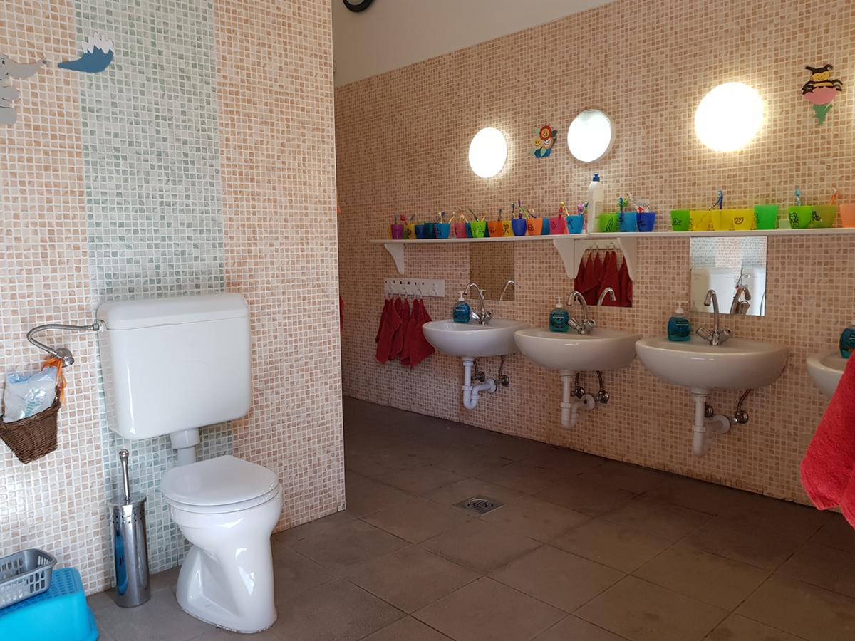 nagyhalacska-óvoda-mosdó